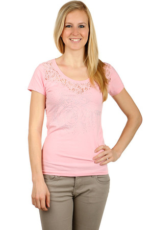Women's cotton t-shirt with short sleeves. A flint application on the front. Around the round neckline, an impressive