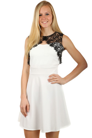 Beautiful dress with lace in upper part. Zippered back. Material: 95% polyester, 5% elastane Import: Italy
