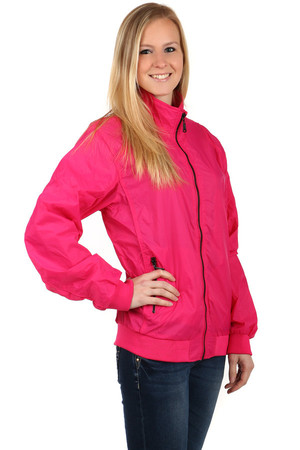 Lightweight ladies jacket suitable for sports (running, hiking ..) and casual wear. Zipping the jacket and pockets. Design