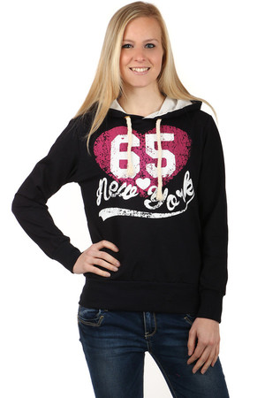 Comfortable sweatshirt with print and hood. Pockets on the sides. Material: 95% cotton, 5% elastane. Import: Turkey
