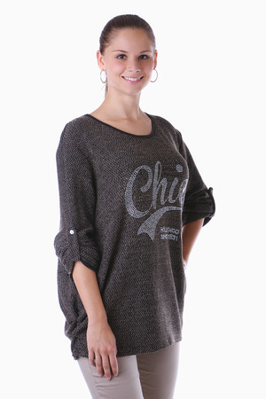 Stylish t-shirt with the inscription of rivets. Looser fit flattering figure. Can also be worn as a sweatshirt. Import: Italy