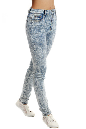 Stylish slim jeans with button fastening and zipper. Front and rear pockets. Material: 78% cotton, 21% polyester, 1%