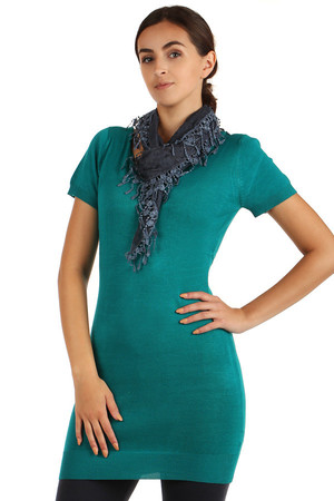 Elegant three-pointed lace scarf with fringes. Material: 100% polyester.