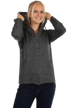 One-color zipped sweatshirt with hood and front pocket. Rear slits. Material: 95% cotton, 5% elastane.