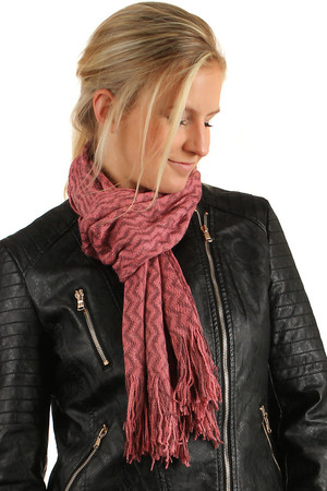 Knitted scarf with fringes and delicate glitter. Material: 100% acrylic.