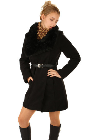 Longer women's coat with fur collar and belt. Button fastening. Suitable for winter. Import: Italy Material: 28% wool,