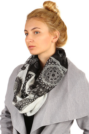 Imaginative circular scarf with oriental pattern, pleasant material, various color combinations. Material: 100% viscose