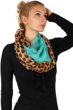 Lightweight two-color scarf with animal pattern. Material: 100% viscose.