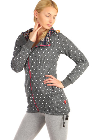 Extended sweatshirt with polka dots and asymmetric zipper. At the bottom of the drawstring. Patterned inside hood. Material: