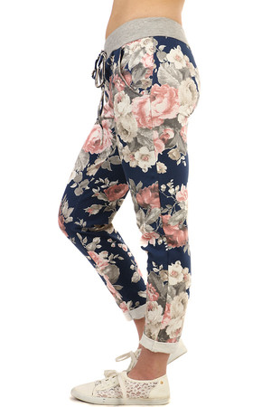Modern tracksuit in short length, floral print. Drawstring at waist. Material: 95% cotton, 5% elastane. Import: Italy