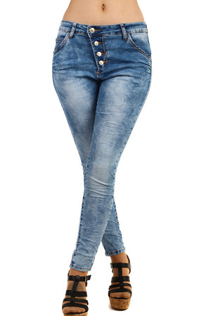 Light blue women's skinny jeans with pleated effect and asymmetrical fastening. Material: 98% cotton, 2% elastane. Model