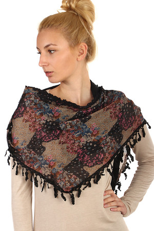 Floral pattern and fringe scarf. Material: 70% polyester, 30% cotton.