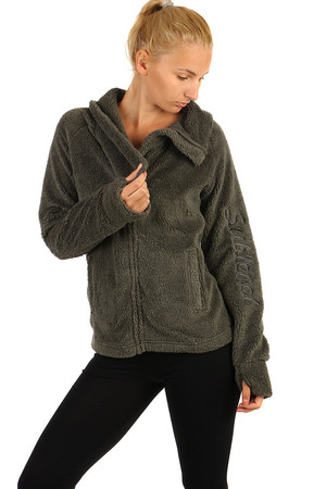 Pleasant and soft plush zippered sweatshirt with collar. On the sleeve embroidered inscription. Material: 100% polyester.