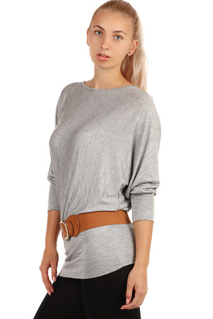 Women's longer T-shirt with heeled neckline. A free T-shirt cut creates the effect of bat sleeves. Bottom hem significantly