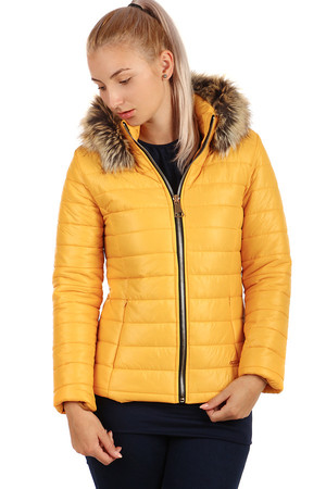 Women's quilted jacket with a shiny look and shorter cut with fur on the hood. The hood can be unfastened. Zip fastening,