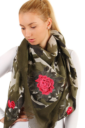 Patterned scarf with roses. Material: 100% viscose.