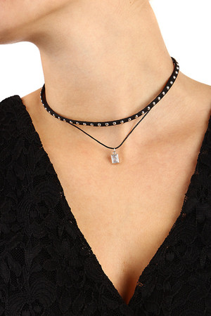 Two-layer leatherette necklace decorated with rivets and pendant. Adjustable size thanks to extension chain. Length: 35 cm +