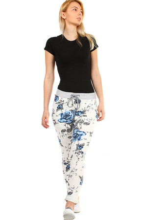 Women's tracksuit with floral print. Download lace at the waist. For leisure. Material : 95% cotton, 5% elastane Import :