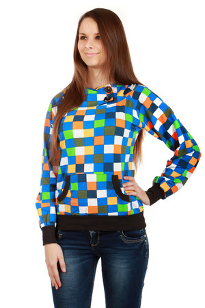 Modern checkered sweatshirt with two button studs, kangaroo pocket and hood. Material: 90% cotton, 10% elastane.