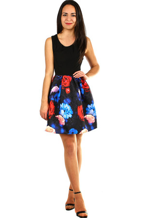Short dress of the A-style cut with a flowered skirt and a black top. Material: 95% polyester, 5% elastane. Import: Italy
