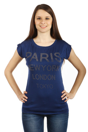 Women's monochrome T-shirt with round neck and short sleeves. On the front part of the stone application the names of