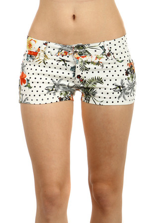 Original colored shorts with pockets. Material: 95% cotton, 5% elastane.