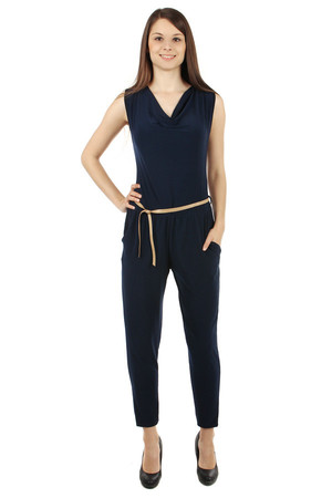 Stylish ladies' overall with pockets. Tying tape. Looser fit. Import: Italy Material: 95% polyester, 5% elastane.