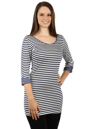 Women's viscose shirt in extended length. Round neckline. The three-quarter sleeves are finished with a single-colored