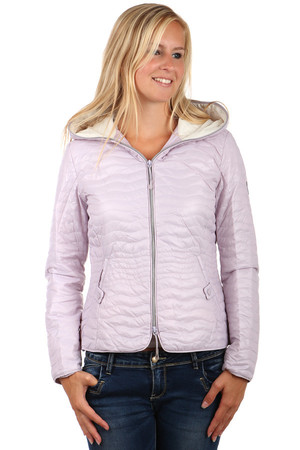 Women's quilted jacket with a hood in glossy finish. Front pockets with patent fastening. Zip fastening. Suitable for spring