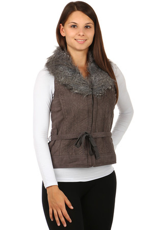 Women's vest with a fine embroidered pattern, made of faux fur. Hook closure. Material: 100% polyester.