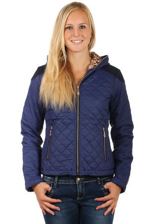 Women's quilted jacket with animal pattern lining and hood. Zipped front pockets. Zip fastening. Suitable for spring and