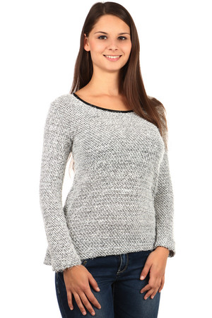 Elegant sweater with a cut and bows on the back. Material: 70% acrylic, 20% viscose, 10% polyester