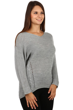 Amazing sweater with pattern on back. The back of the sweater is longer than the front. Material : 75% acrylic, 10% wool, 10%